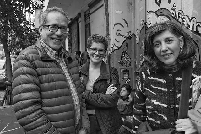 De izquierda a derecha: César Aira, Ana Ojeda y Julia Saltzmann, en la última Feria de Editores en La Tribu - Fotografía: Mariano Roca