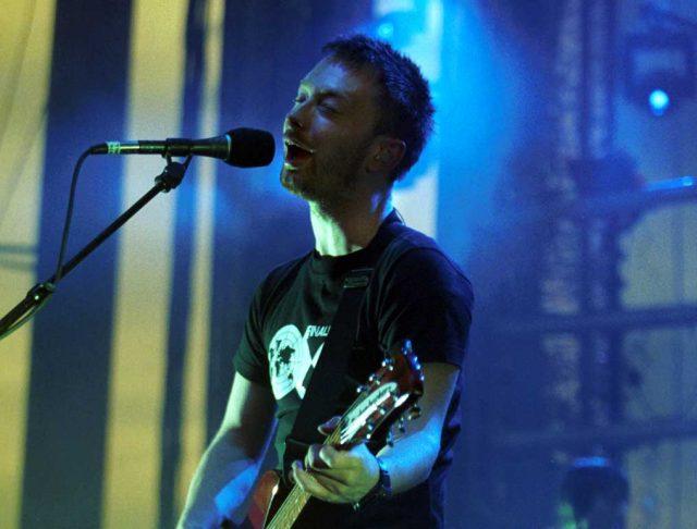 """Thom Yorke tocó""""Like Spinning Plates"""" de Radiohead por primera vez en 9 años"""