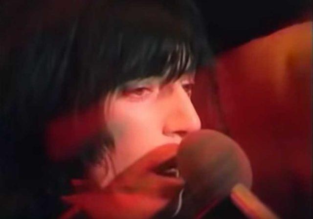 """La legendaria presentación de Patti Smith tocando""""Horses"""" en la TV"""
