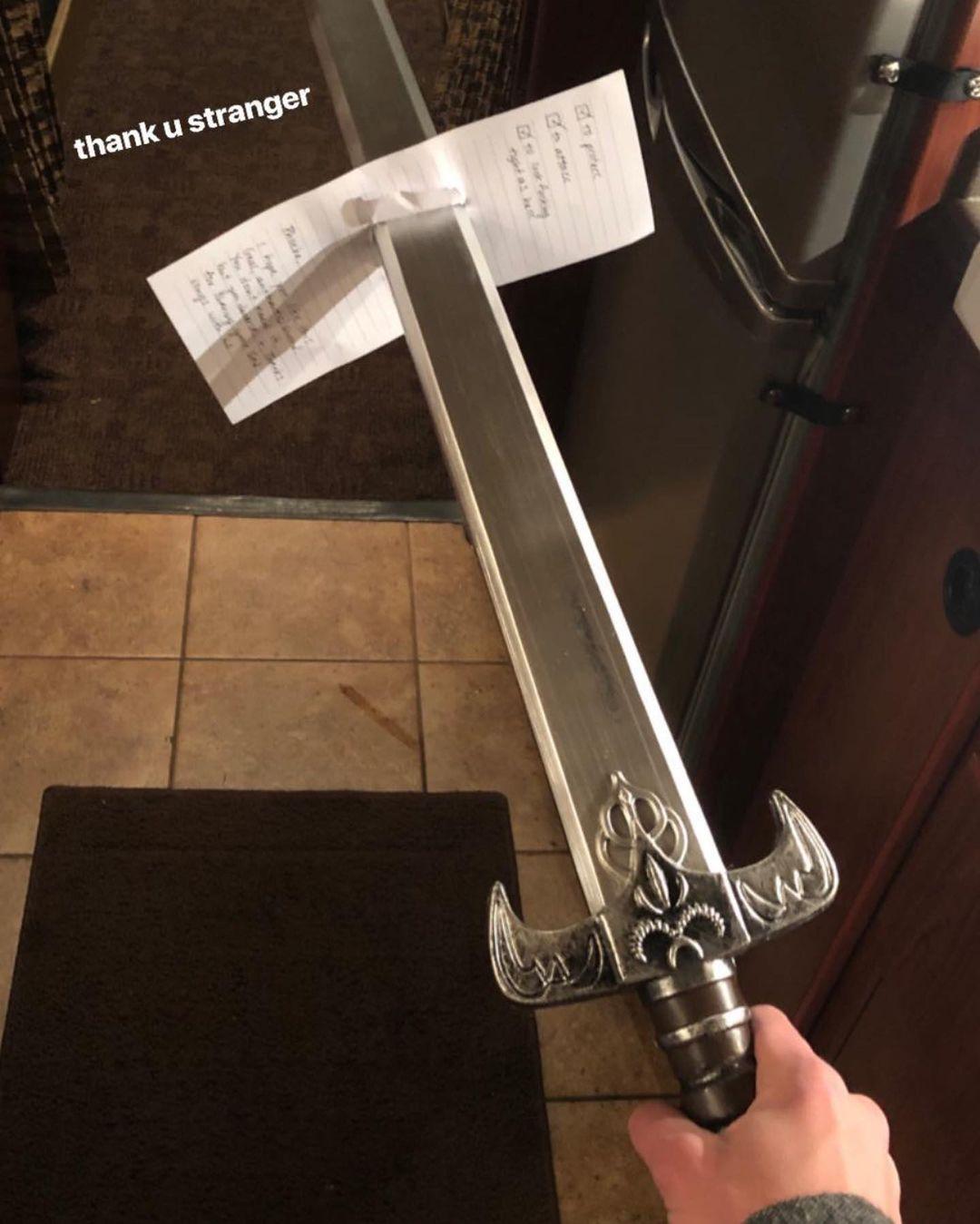 La espada y la carta que el fan de Phoebe Bridgers le entregó en 2019