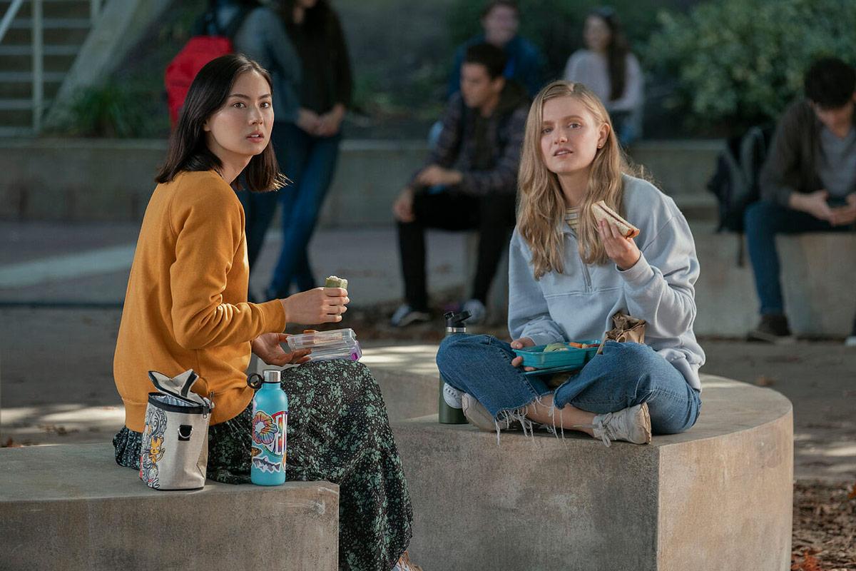 Lauren Tsai y Hadley Robinson en Moxie