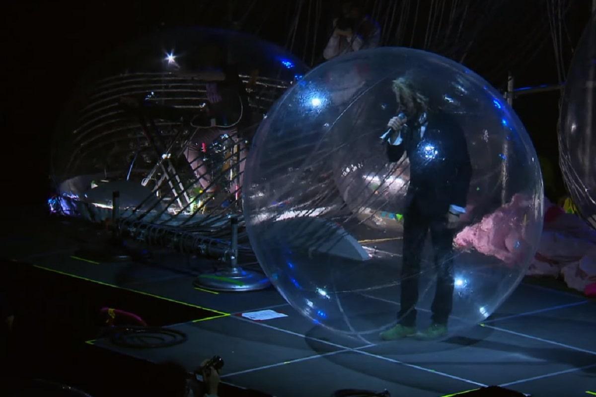 The Flaming Lips ensayando su concierto de burbujas gigantes