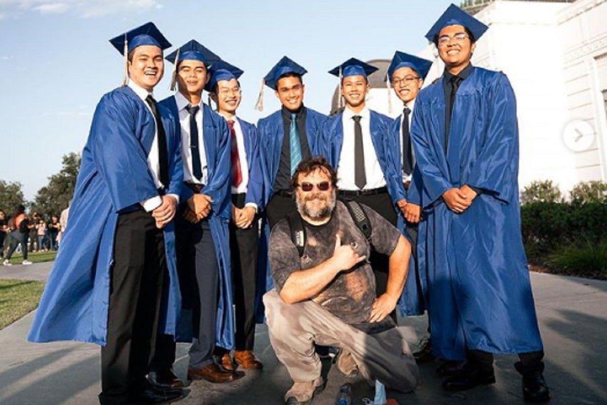 Jack Black se vuelve viral al participar en una sesión de fotos de graduación
