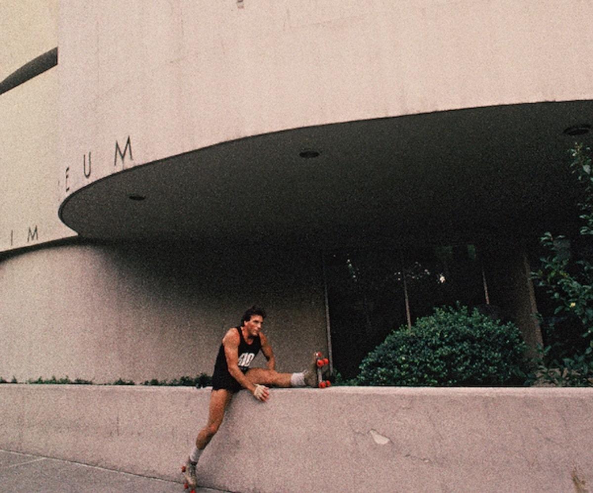 Un rollerskater afuera del Solomon R Guggenheim Museum.