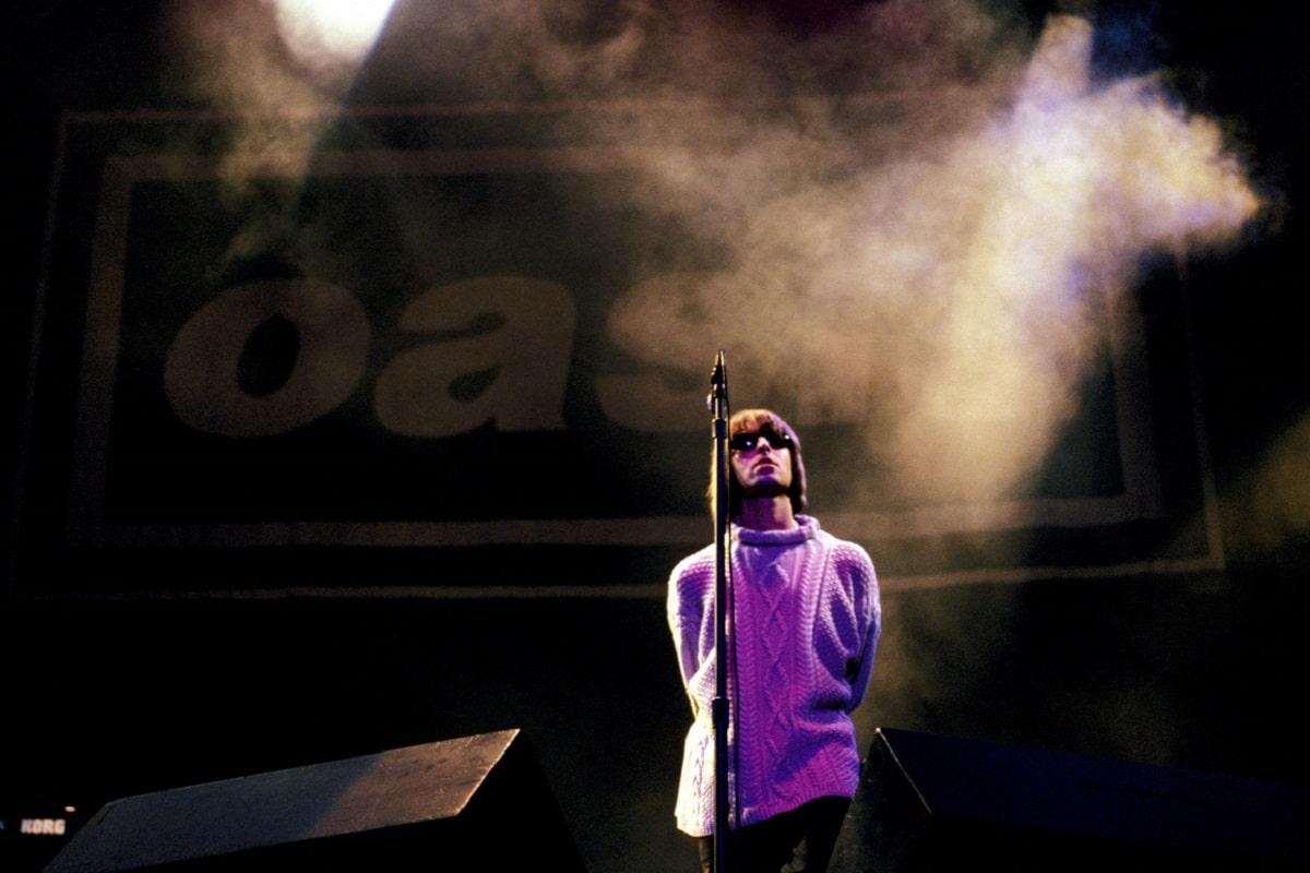 """Oasis interpretando """"Live Forever"""" en Knebworth"""